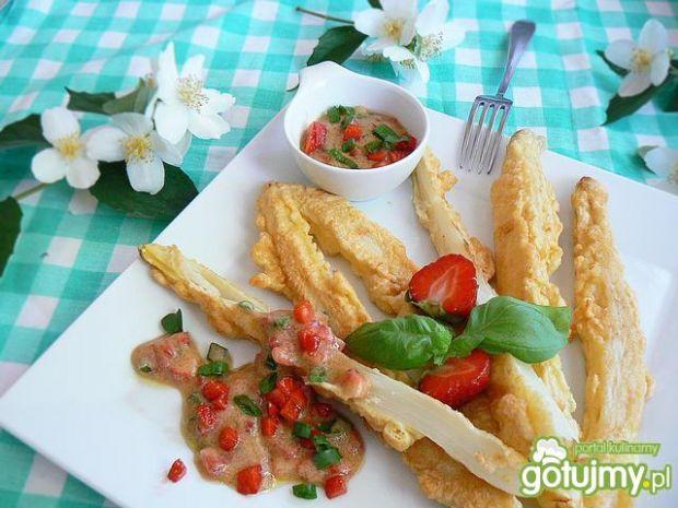 Przepis  szparagi w cieście serowym z sosem przepis