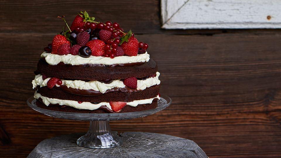 Przepis na czekoladowy tort ze śmietaną i owocami