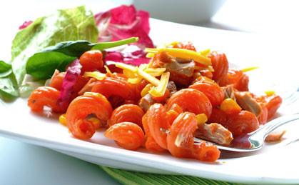 Makaron z tuńczykiem, kukurydzą i pomidorami