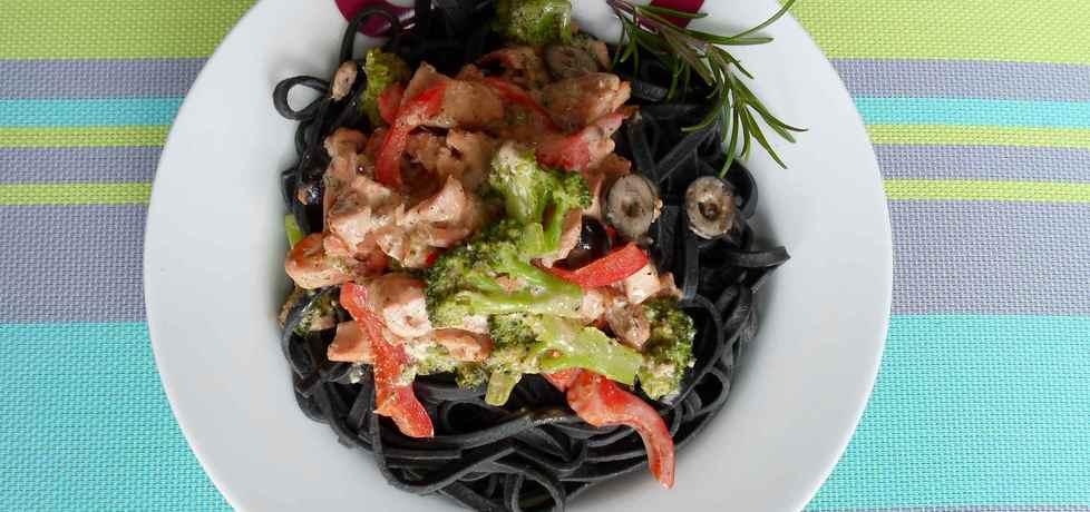 Czarne tagliatelle z łososiem i warzywami na ostro (autor: dwa ...