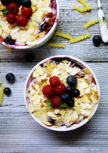 Makaronowa zapiekanka na słodko z owocami lata