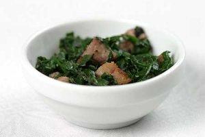 Sałatka z liści couve  prosty przepis i składniki