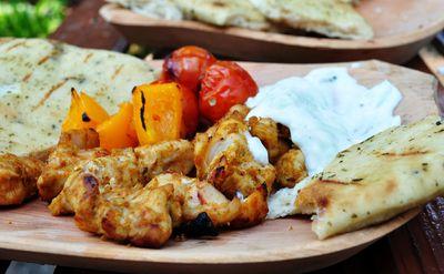 Grillowany kurczak curry z raitą i naan