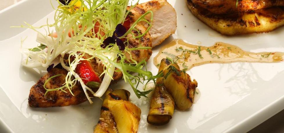 Grill: pikantna pierś z kurczaka z grillowanymi owocami i sosem ...