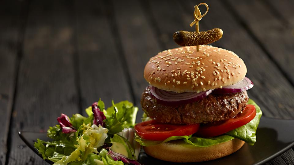 Przepis na hamburgera z kaparami i korniszonami