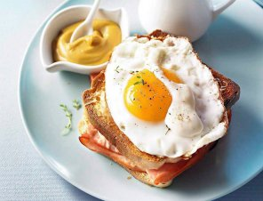 Croque madame  tosty z jajkami, szynką i beszamelem