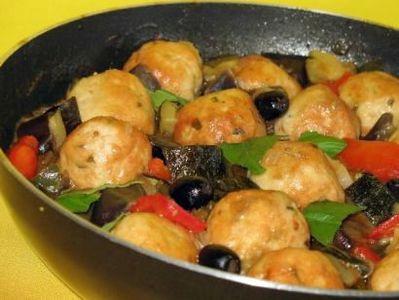 Pulpety z kurczaka z papryką i czarnymi oliwkami
