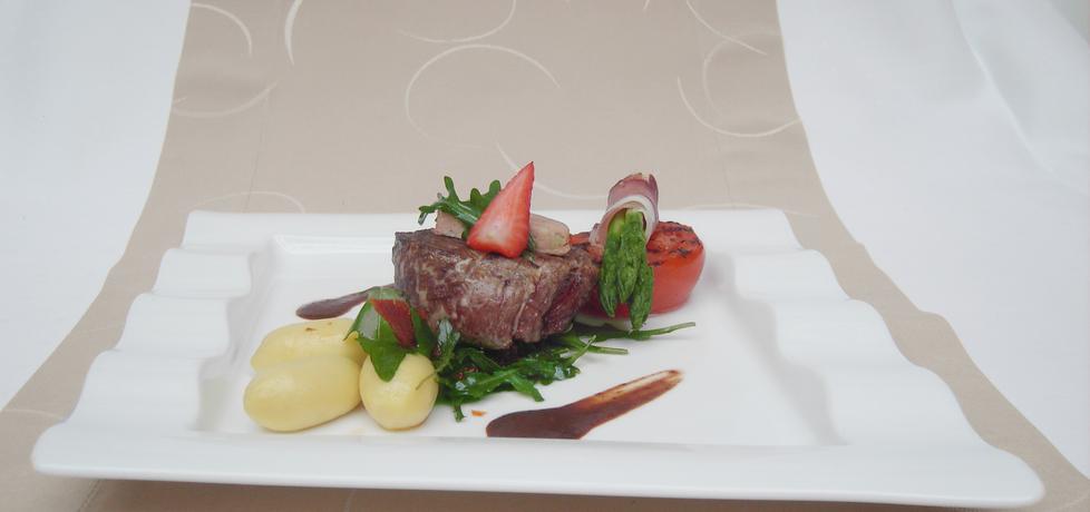 Stek z polędwicy wołowej z gęsią wątróbką podany z sosem z ...
