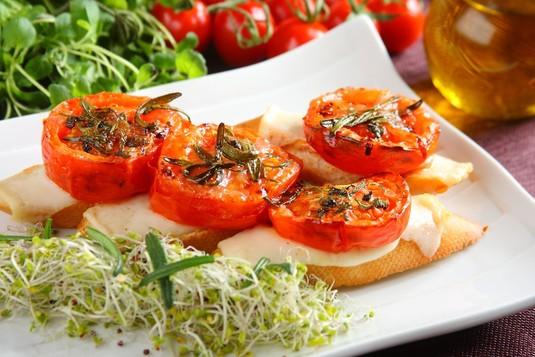 Grzanki z serem kozim i pieczonymi pomidorami