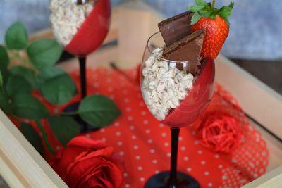 Deser z masą wafelkową i świeżymi truskawkami