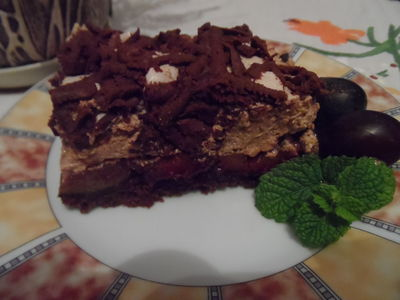 Czekoladowe kruche ciasto ze śliwkami, cynamonową pianką i ...