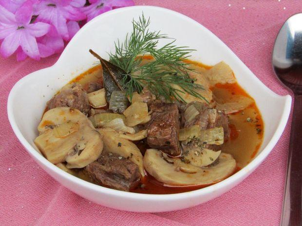 Przepis  zupa gulaszowa wołowa z pieczarkami przepis