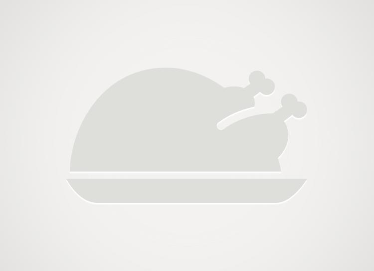 Zapiekanka z makaronem, kiełbasą, pieczarkami i serem.
