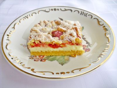 Kruche ciasto z malinami i kisielową pianką