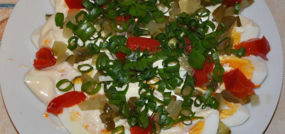 Jajka z majonezem, papryką, ogórkiem i szczypiorkiem ...
