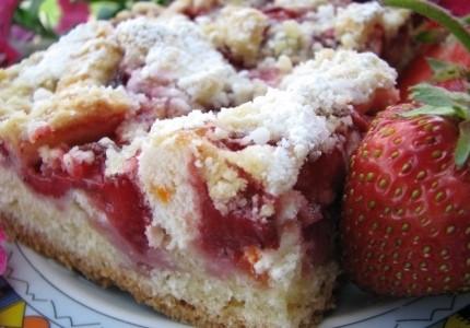 Kruche ciasto z truskawkami i rabarbarem