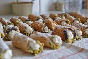Cannoli, włoskie rurki z serkiem ricottą