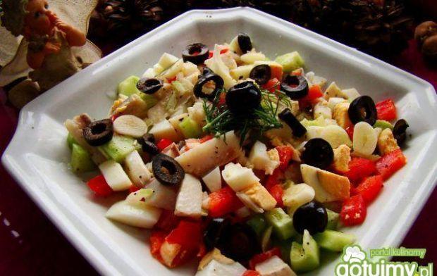 Przepis  sałatka śledziowa z czarnymi oliwkami przepis