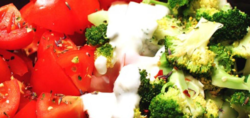Brokuły na parze plus pomidory z ziołami i sosem czosnkowym ...