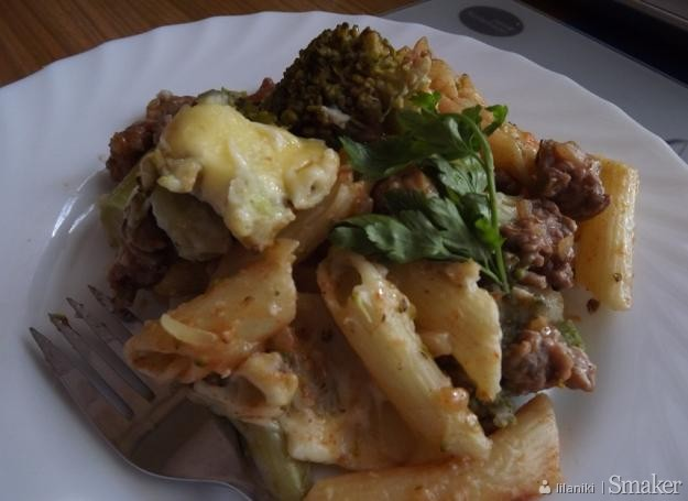 Zapiekanka makaronowa z mięsem mielonym i brokułami