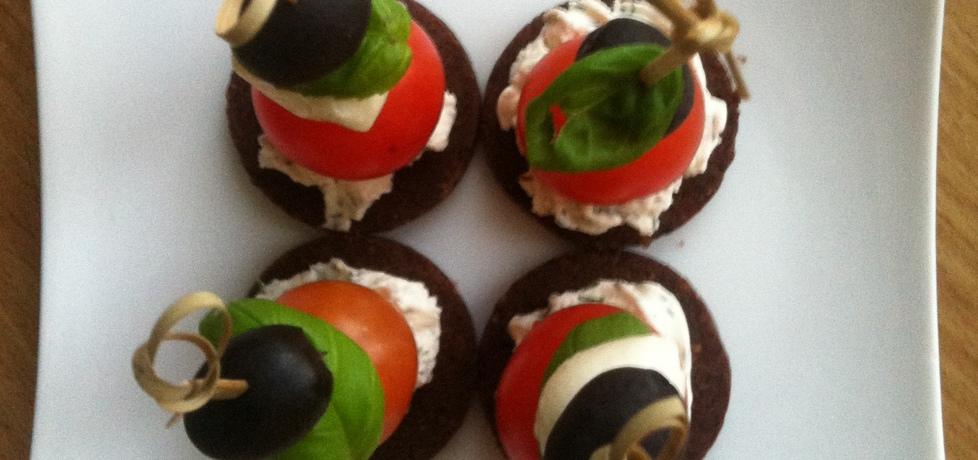 Koreczki na pumperniklu z mozarellą i pomidorkami (autor ...