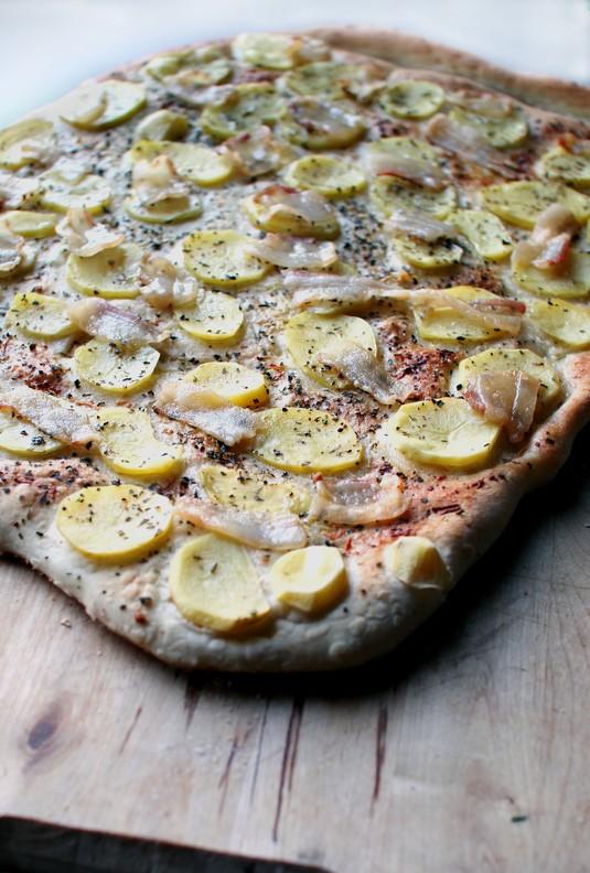Pizza z sosem śmietanowo  grzybowym, ziemniakami i boczkiem ...