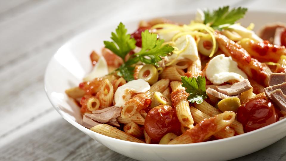 Przepis na makaron z tuńczykiem, oliwkami i mozzarellą