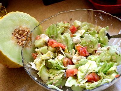 Letnia sałatka z fetą i melonem