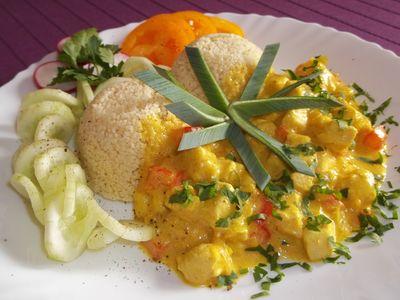 Kuskus z sosem z kurczaka i mango