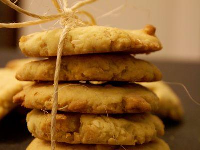 Kruche ciasteczka z białą czekoladą i orzechami