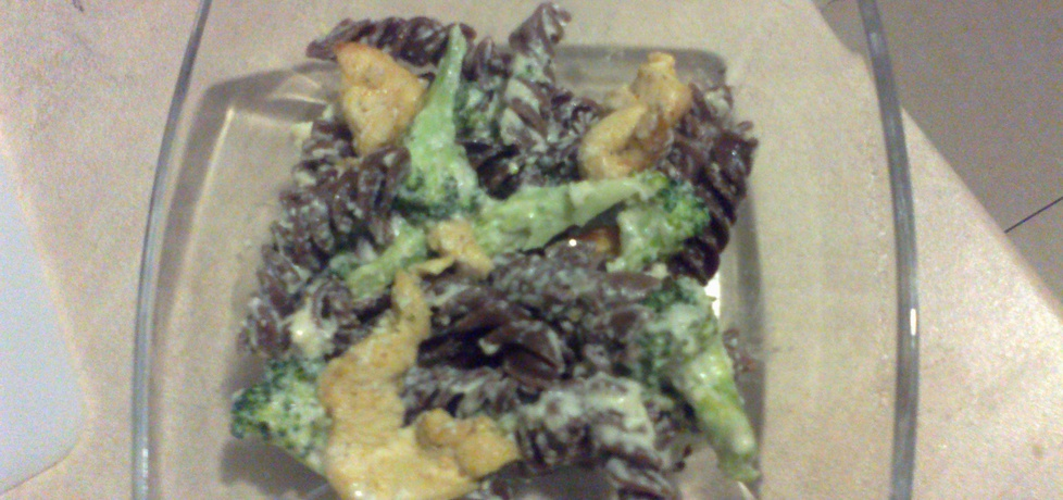 Makaron czekoladowy z brokułami i kurczakiem w sosie serowo ...