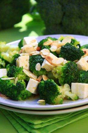 Sałatka z brokułów i sera feta  prosty przepis i składniki