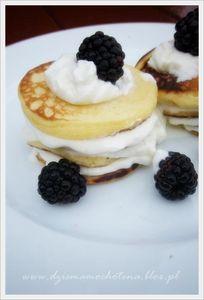 Waniliowe pancakes z jeżynami i bitą śmietaną