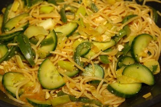 Makaron smażony z zielonymi warzywami