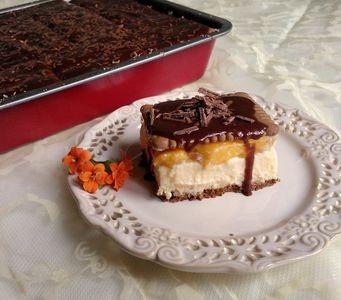 Sernik gotowany z brzoskwiniami, na herbatnikach