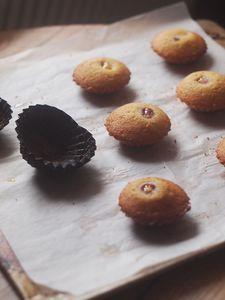 Magdalenki z malinami i cytrynowym kremem