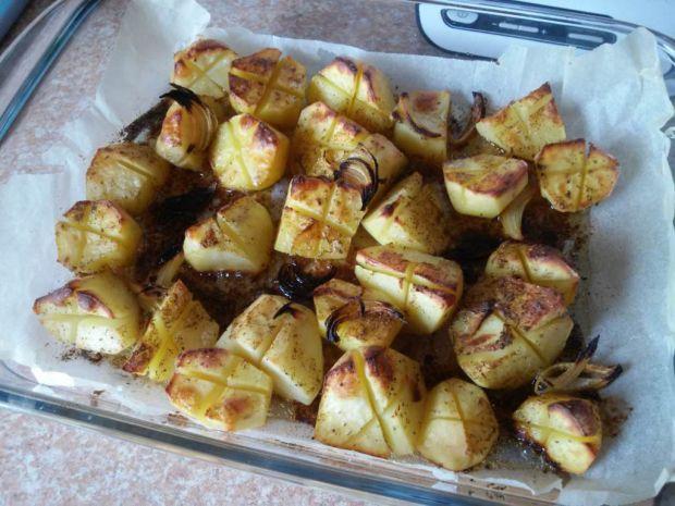 Przepis  maślane ziemniaki z cebulą pieczone przepis