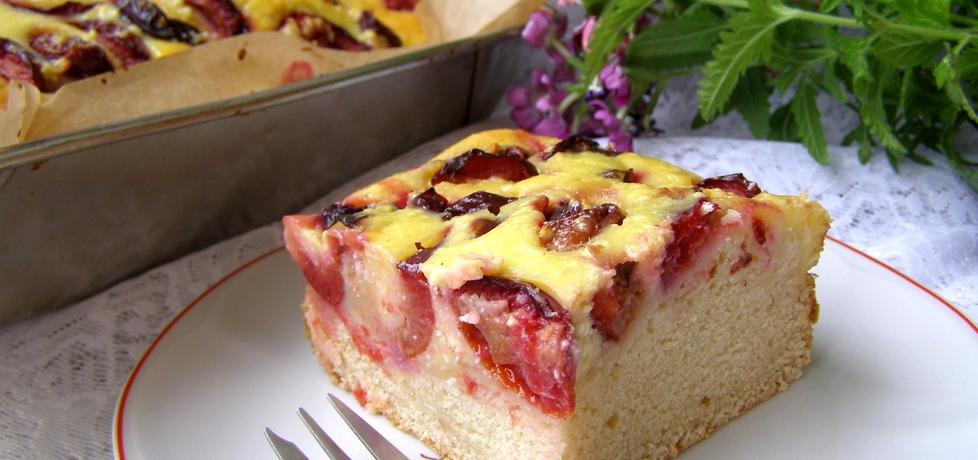 Ciasto drożdżowe z suszonych drożdży ze śliwkami i twarogiem ...