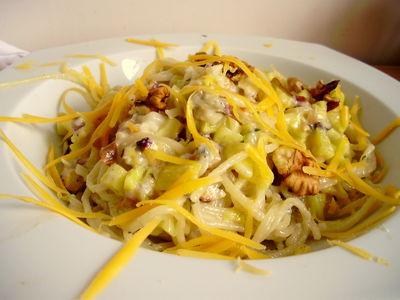 Makaron w sosie gorgonzola z cukinią i orzechami
