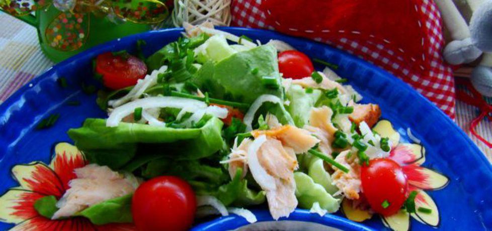 Majowa sałatka z pomidorkami koktajlowymi i wędzonym łososiem ...