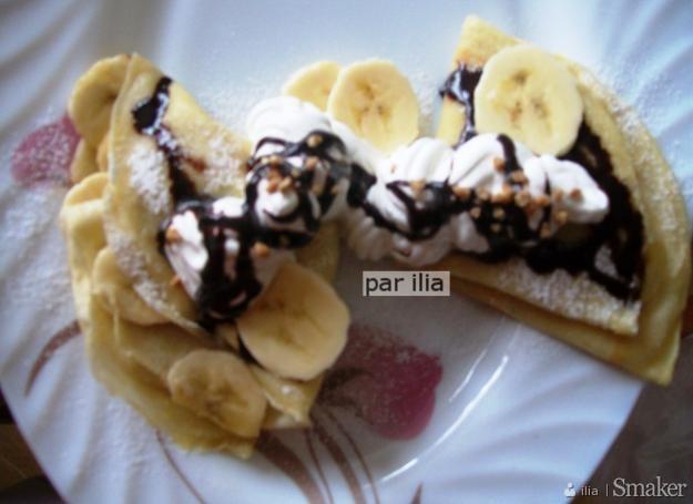 Naleśniki z bananami podane z bitą śmietaną i sosem czekoladowym