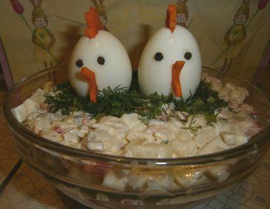 Wielkanocna sałatka z jajek z pieczarkami