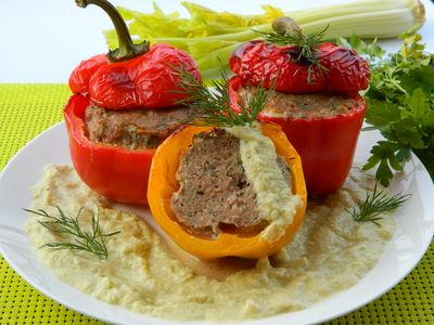 Papryki faszerowane szynką mieloną, w sosie selerowo
