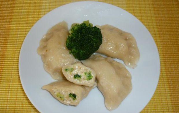 Przepis  pierogi z serem twarogowym i brokułami przepis