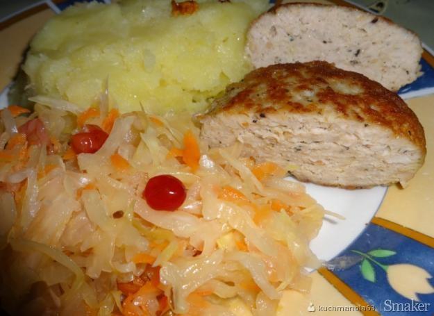 Kotlet mielony ziemniaki z kiszoną kapustą.