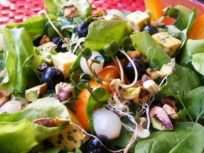 Sałatka piękności z aronią, kiełkami i pistacjami