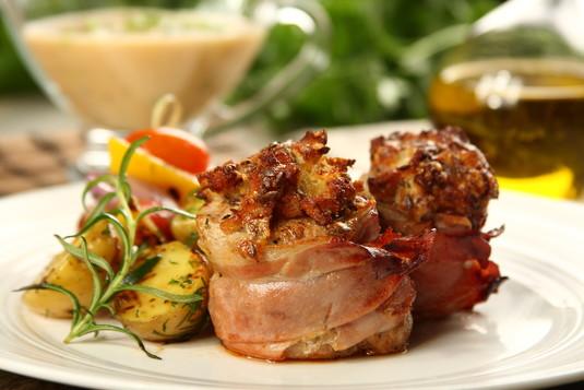 Polędwiczki wieprzowe z serową panierą i sosem