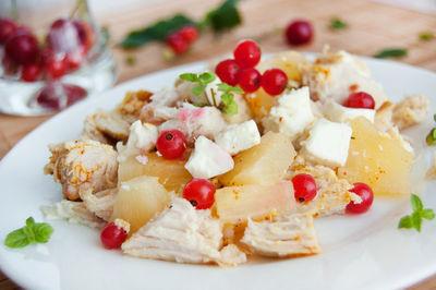 Kurczak z porzeczkami, ananasem i serem feta