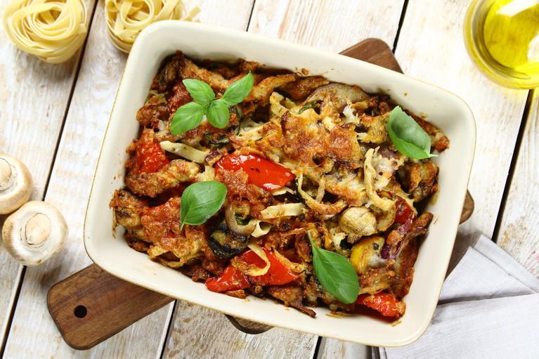 Zapiekanka makaronowa z warzywami i grillowanym kurczakiem ...