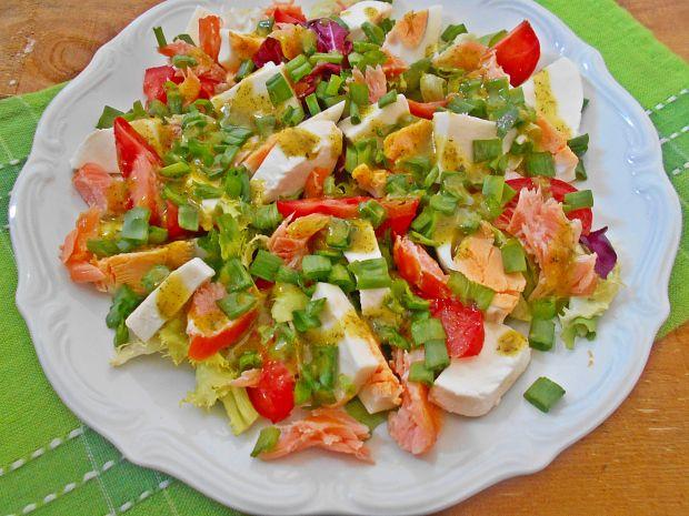 Przepis  sałatka z mozzarellą i łososiem przepis